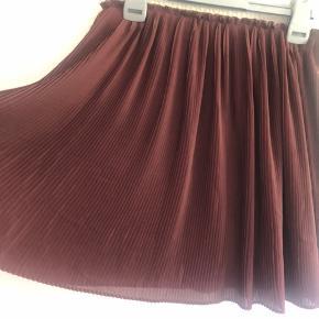 Plisseret nederdel - brugt to gange.  (Super fin til mange outfit)  Sælges da den er for lille 👎🏼