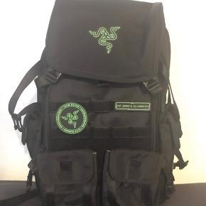 """Razer Tactical Backpack 17""""  RAZER TACTICAL PRO BACKPACK  Brugt i 3-4 uger i august 2018.  Fejler intet.  Perfekt til skolen/gymnasiet/universitetet (studiet) eller til fritid.  Købt til 1129kr fra CDON juli 2018.  FLERE BILLEDER KAN SUPPLERES"""