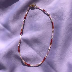 Perle choker halskæde Røde farver  💮 Prisen er fast og inkl Porto m postnord