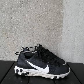 Nike React Element 55 Ikke bare en kedelig sko, men en mega fed og komfortabel sko! Og så er det nemlig Gulddennis' gamle sko (vild flex)!  OG: intet, men self ægte. Cond: 7-8 Str: 43 Pris: 500kr Ellers byd.
