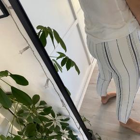 Lækre, strechy bukser fra en butik i Bruxelles. De er onesize, men kan passes af en s/m.  Brugt meget få gange