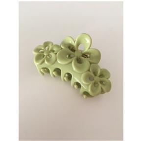 Lime hårspænde sælges, aldrig brugt. Sidste billede viser blot str af hårspændet.
