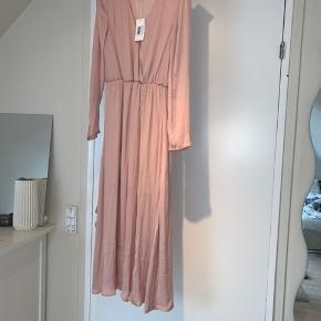 Aldrig brugt. - Fin og sød kjole, som jeg skulle have haft på til et bryllup, men ombestemte mig.   Sælges billigt - Byd