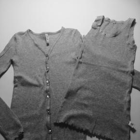 Fint sæt fra Pomdelux i gråt består af top og cardigan. Kan sættes både til buks og nederdel. Det er i rigtig pænt stand. Fejler intet!