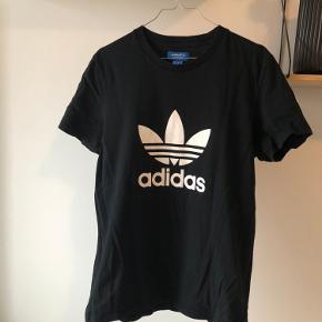 Adidas t-shirt i str. 38. Brugt et par gange og fremstår derfor som ny.   Kan afhentes i Aarhus C eller sendes.  Køber betaler fragt 🌸