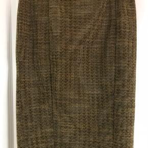 Flot mønstret nederdel fra H&M. Er karrygul/sort i mønstret. Har slids bagpå.  Størrelse M (65 cm i længde)
