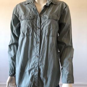 Flot skjorte fra J.Crew. Brugt en gang, er som ny og fejler intet.  Byttes ikke.