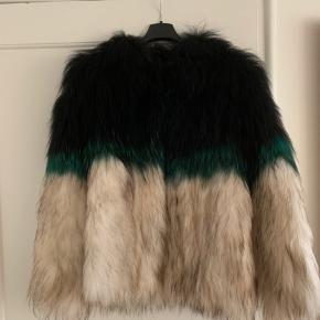 Sælger min smukke Saks Potts pels. Den passes af en small og medium. Det er en limited edition, så de er produceret i begrænset antal og kan derfor ikke købes mere. Ny pris var 7.600kr. PRIS I HURTIG HANDEL - 2200 Har kvittering og dustbag.