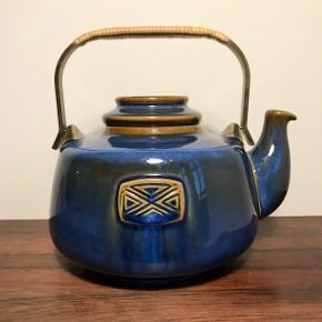 Søholm Keramik tekande med flet på hanken. Nr 3382 Fremstår med ganske få brugsspor.  🌷🌷 Kan afhentes i Valby. Sender kun ved køb på over 200kr. Pakker kan sendes med DAO eller GLS for 45kr