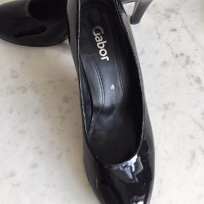Smukke lak sko- højhælede 7 cm str 4 (37). Skoene har været brugt to gange- er desværre fejlstørrelse. alt er skind- intet syntetisk. Tåen er velproportioneret, og der er blød skindsål i. Ny pris omkring 800