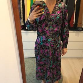 Maxi kjole i 100% silke, det er en str.L, man kan sagtens bruges til mindre størrelser. Mega fint print 💕
