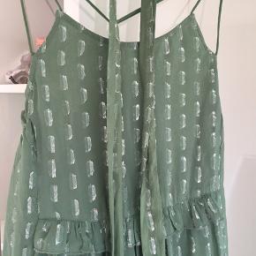 Virkelig flot olivengrøn kjole med sølvnister. Bindebånd til livet følger. Desværre lidt for stor til mig så den hænger stadig med prismærke. Kjolen er str. L. Byd gerne