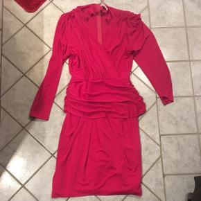 Skrigende pink 80'er vintage kjole str 40. Standen er perfekt. Lang lynlås i ryggen.