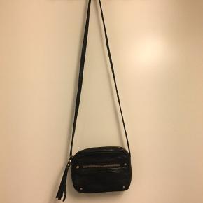 Rigtig fin taske i okselæder Lynlåsen dimsen mangler på den yderste lomme se billede