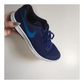Blå Nike sportssko. Brugt som indesko Størrelse 38