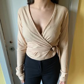Binde bluse med flot spænde detalje. Str. M  Aldrig brugt.