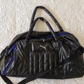Sports taske  Brugt få gange. Lækker taske, udvendigt rum til yogamåtte, indvendigt skorup og anden lynlåslomme+ taskes store rum