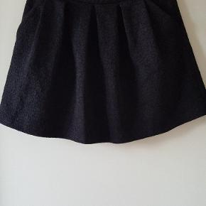 Skøn nederdel med lommer og lynlås bagpå.