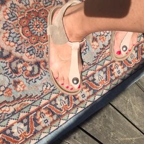 Superfine sandaler fra Isabel Marant Etoile i blød, nude ruskind og skind. Der er kun slid underneden. Rigtig lækre at have på.