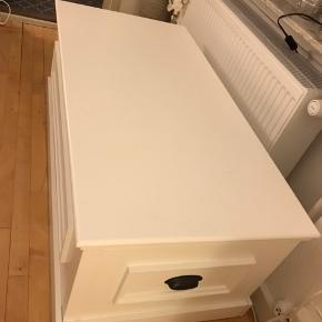 Sofabord med opbevaring, kan også bruges sim bænk. Der er enkelte hak og ridser på bagsiden.