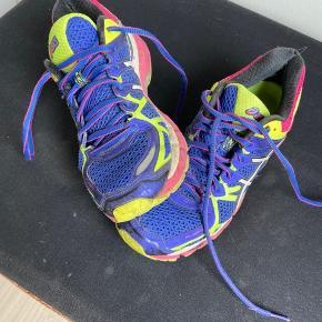 Asics løbe sko - gel kayano 21 - med pronation.   De er brugte men fejler ikke noget ...   Der er slidt lidt hul ved hælden inden i skoen - se billede