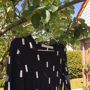 Super flot og festlig kjole med snit i taljen.  200kr inkl. fragt Skriv gerne for mere info😁