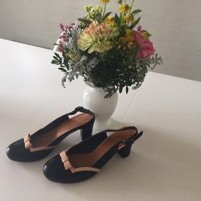 Smuk, yderst elegant sko fra Chie Mihara. Står som nye. Æske og skopose medfølger.  Desværre for små, sælges for realistisk bud. Nypris 1999,-