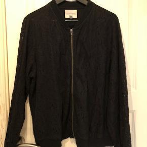 Flot blonde bumper jakke fra Junarose. Størrelsen er M (44-46). Ryggen er glat sort stof. Ærmer og for er i blondestof. Super sød over kjolen eller til jeans og skjorte.  Byd :-)