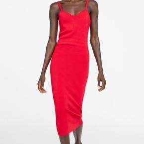 Aldrig brugt ! Størrelse medium, men ville også passe en small eller large da den er meget stretchy. Lækker strik rød kjole, super flot på kroppen! Er helt udsolgt på hjemmeside og i butik og ny pris var 300 kr