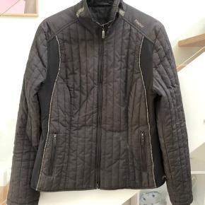 Flot figursyet jakke brugt få gange