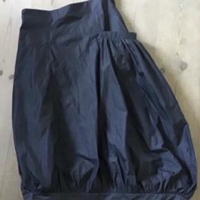 Superflot nederdel str 3.  Livv. 86 cm. Længden 86 cm. Rigtig flotte detaljer.