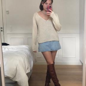 Denim nederdel fra H&M. Strik er også til salg. Køb sammen for 70kr.