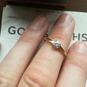 str 53 solitaire ring i 18 k rødguld med 0,25 k diamant. købt for 10000 kr hos Goldsmiths. kvittering, æske og garantibevis medfølger. 4000 kr er startsprisen. vurderet hos bruun rasmussen. rund ægte diamant.