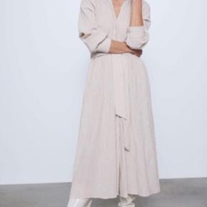 Ubrugt super smuk zara kjole, mine billeder er lidt gule men det er pga af lyset (:  Var dsv bare ikke lige mig