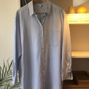 Oversize stribet bomuldsskjorte i lyseblå/hvid/mørkeblå sælges, da den desværre var et fejlkøb. Kan ses og prøves på Islands Brygge, Kbh S.   Oprindelig købspris: 450 kr. Bytter ikke. Kom med et bud.   Ønskes TS-handel betaler køber gebyrerne.