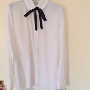 Unik Gucci uniform skjorte med ikoniske Gucci knapper sælges. Skjorten er ikke en salgsvarer i butikken, men bæres af Gucci's personale i deres stores. Materiale er silke. Størrelse 38 angivet i skjorten - tilsvarer en dansk størrelse 36. Ubrugt og med tags.  Sælges til 800kr afhentet eller plus 36kr i DAO porto.