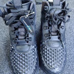 Helt nye Nike Sportswear high-top sneakers 'Lunar Force 1 Duckboot' i sort  Polstret dæksål, læder, med platform, rund hætte, struktureret overflade Sælges pga. Fejlkøb  Np 1200 kr.