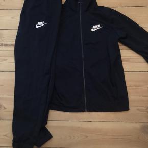 Nike træningssæt i mørkeblå 100% polyester  Str M Brugt få gange Pris 400,-  Kan afhentes på Nørrebro eller sendes mod betaling af fragt.