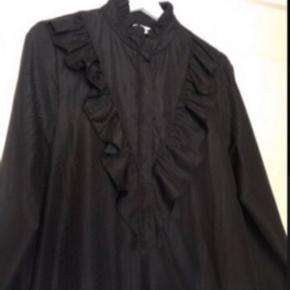 Smuk kjole/tunika. Dsv købt for lille. Den har binde bånd og kan både bruges med og uden. Flot struktur i stoffet, der gør den ekstra eksklusiv😊 spar 650kr