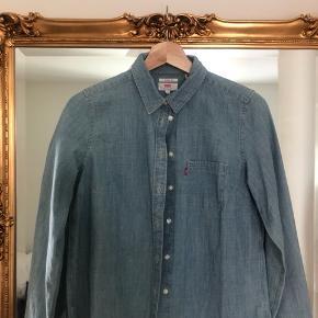 Levi's skjorte - aldrig brugt. Str S  Kan afhentes i København eller sendes på købers regning ⭐️