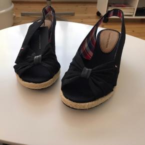 Sorte sandaler med kilehæl.