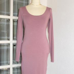Lækker kjole i blødt stof elastisk stof. Med dyb udskæring i ryggen. Farven er mørk syrenfarvet. Materiale: 48 % cotton, 48 % modal (et naturmateriale) + 4 % elastan.  Størrelse: S/M Oprindelig købspris: 600 kr.  Brystvidde: 49 cm x 2 + strech Hoftevidde: 49 cm x 2 + strech Længde: 74 cm  Ingen byt, og prisen er fast