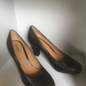 Mærke: Geox Respira  Størrelse: 38  Skoen: klassisk sko med hæl. Foret sko.  Farve: sort Materiale: læder Stand: Aldrig brugt.   Nypris 1199 kr.   Sælges 325 kr
