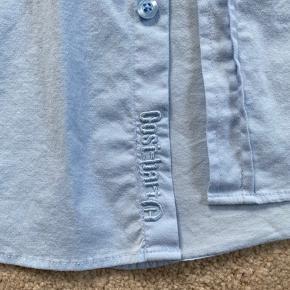 Skjorte i størrelse Small til drenge. Er omkring størrelse 146. Brugt en enkelt gang og derfor i rigtig god stand