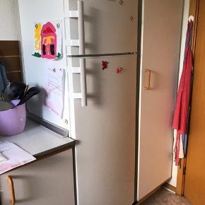 Electrolux køleskab med lille fryser. Købt for ca 1 år siden.  Fejlen kan ses på billede 2. Ellers fungerer den fin🌸  Sælges pga flytning.  Vil være rengjort inden hentning.  Klar til afhentning en gang i næste uge efter aftale, kan betales på forhånd så jeg er sikker på den bliver hentet🌸