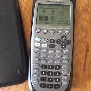 Advanceret lommeregner til brug på gymnasiet mv. Texas Instruments modelnr. S-0207G. Den virker som den skal. Nypris var ca. 1200 kr.