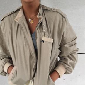 Lys. Tynd vintage jakke str m/l  Jeg er s og den sidder som på billedet Købt på et vintage marked  Super lækker som overgangs jakke