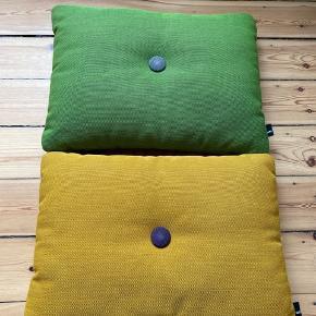 Grøn og gul sofapudder fra Hay. Rigtig fin stand.  Sælges for 300 kr. enkeltvis og 500 kr. samlet