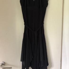 Sort kjole med halterneck, kropsnær øverst og med vidt skørt, aftageligt bindebælte.  Virkelig fin på. Kun brugt en gang eller to, ingen brugsspor.  Evt. fragt betales af køber.