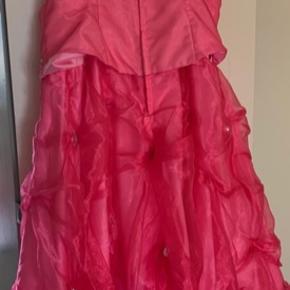 Rigtig flot og fin Kjole👗  Fest/Galla kjole ..  brugt en gang ..  STR. 44  Gerne byd ..